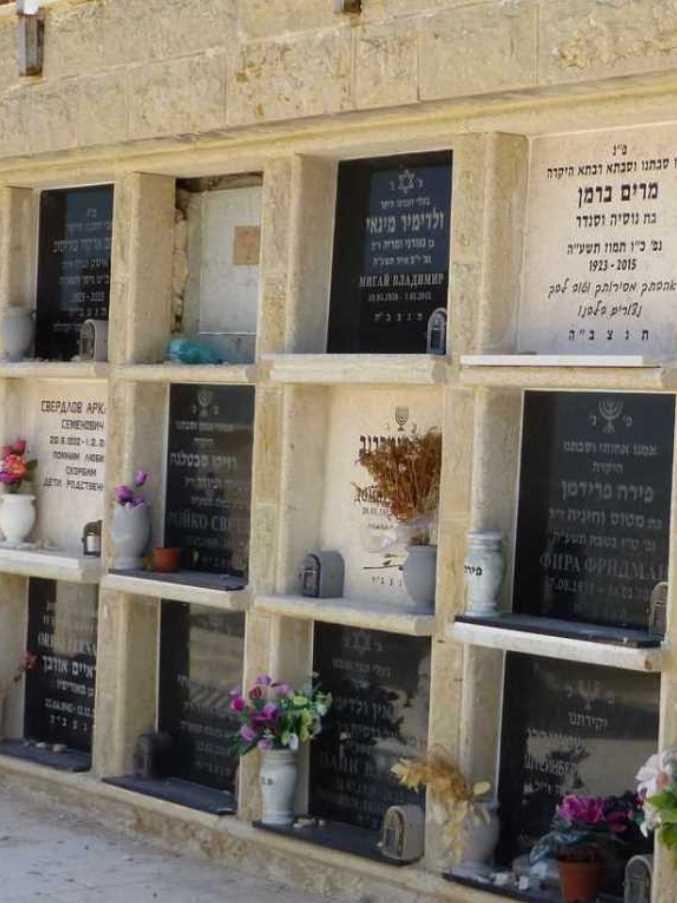 מצבות בקומות לקבורת סנהדרין